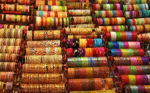 colored-bangles-in-indian-market